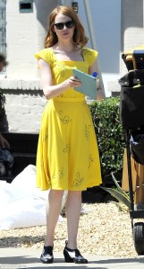 2B7262FB00000578-3201445-Glowing_Emma_Stone_was_spotted_on_Monday_taking_a_break_while_on-m-87_1439847281711