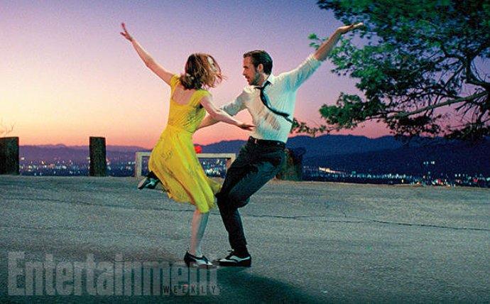 emma-stone-and-ryan-gosling-dance-beneath-la-skyline-in-la-la-land
